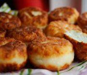 Как сделать сырники из творога пышными и очень вкусными — рассмотрим рецепты пошагово